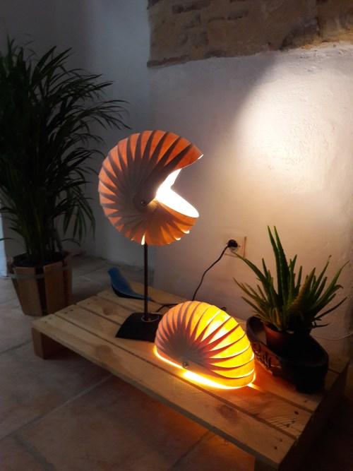 lampe en bois sur pied métal noir,forme nautile en bandes de bois fin , effets de transparence et ombres par lumière intérieure par LED