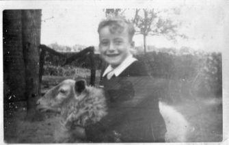 Horst ze swoją ulubioną owieczką Muki