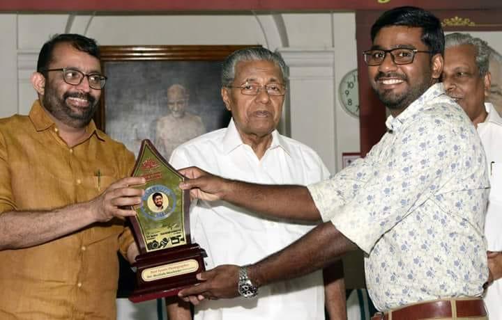 സ്പോര്ട്സ് കൗണ്സില് മാധ്യമ പുരസ്കാരം മുസ്തഫ അബൂബക്കർ ഏറ്റുവാങ്ങുന്നു