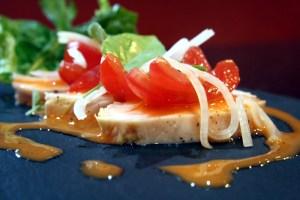Tomatensalat auf Hähnchenbrust