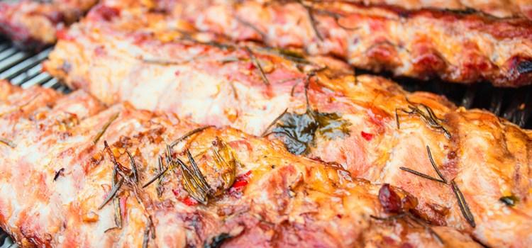 Spareribs – bei Niedertemperatur auf dem Grill geräuchert