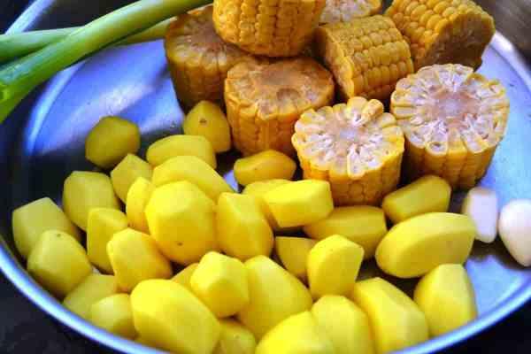 Kartoffeln ,Mais und Lauchzwiebel