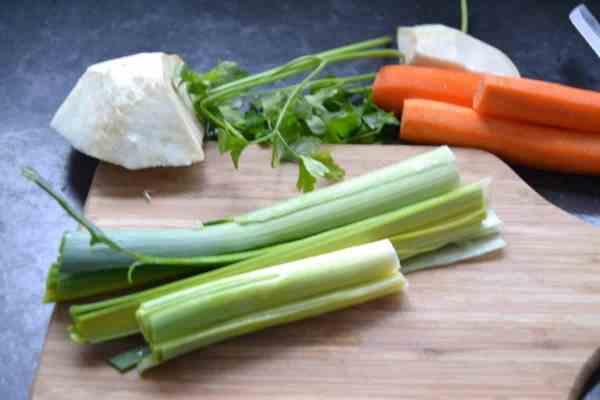 Suppengemüse , Porree , Sellerie , Möhre und Petersilie