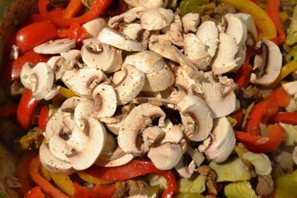 Rindergeschnetzeltes mit Zwiebel und Knoblauch , Paprika , Artischocken Pilzen Jalapenos anbraten