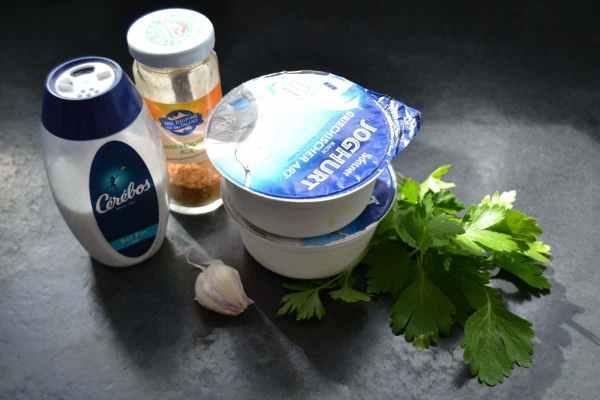 Joghurt , Petersilie ,Knoblauchzehe ,Salz , Piment