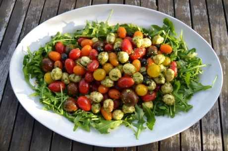 bunter-tomatensalat-mit-mozzarella-kugeln