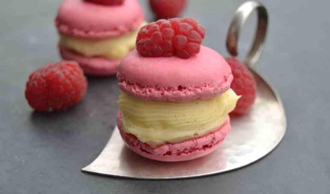 Macarons mit Himbeere und Creme Patissiere
