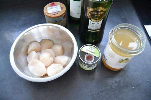 Jakobsmuscheln , Nolly Prat , Safran , Zimtblüte , Weißwein , Salz , Fischfond