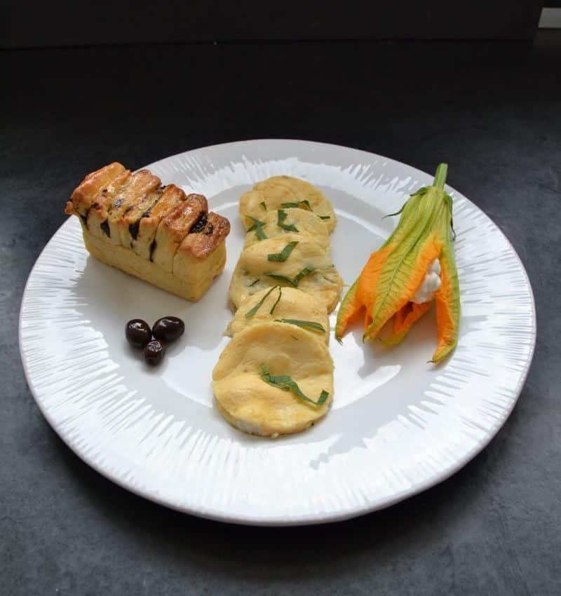 korsisches Omelette mit Brioche und gefüllter Zucchini