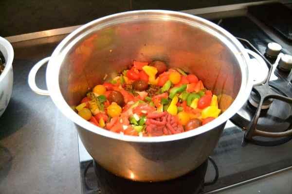 bunte Paprika , Zwiebel, Würfel , Kräuter und Tomatenmark dünsten