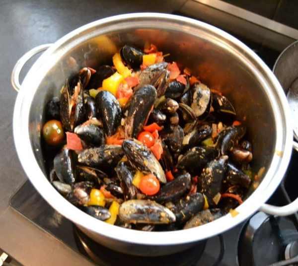 muscheln-miesmuscheln-mediterran- mit Paprika und Tomate