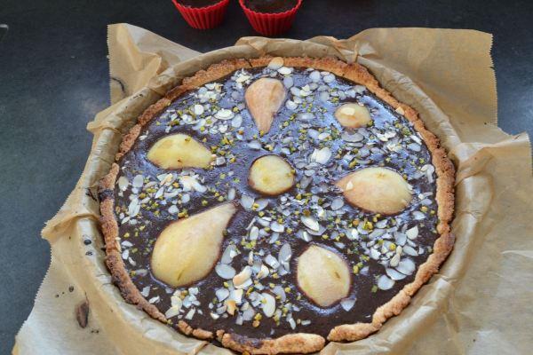 birnen-schokoladentarte-mit-mandeln und pistazien