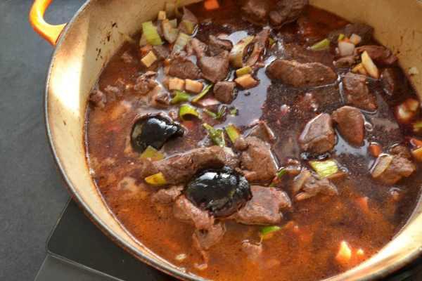 Hirschgulasch mit Rotweinsauce