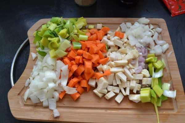 Möhre , Zwiebel , Sellerie , Schalotte und Knoblauch gewürfelt