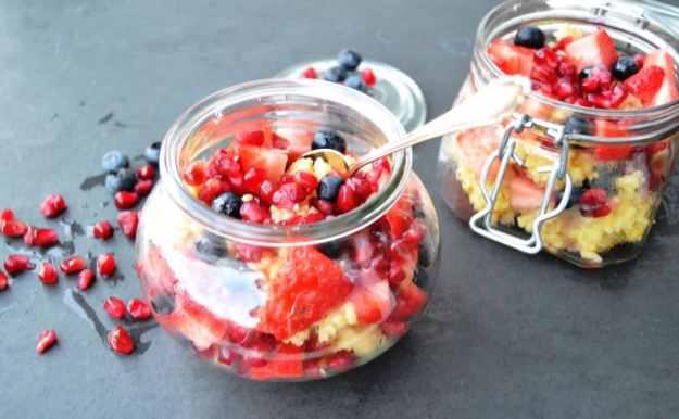 Hirsebrei mit Granatapfel und Erdbeere