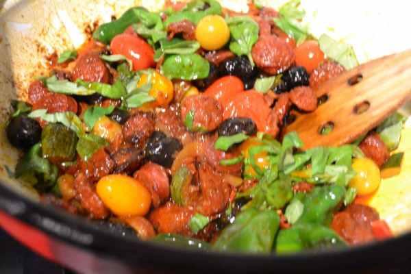 Chorizo , Basilikum , Tomaten und Oliven