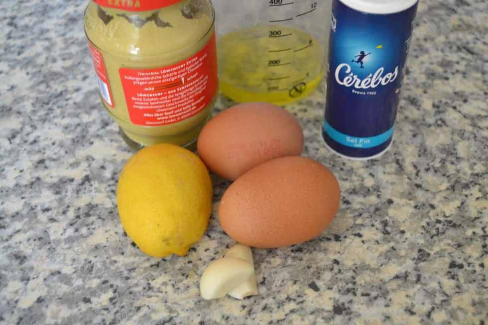 Senf, Ei , Zitrone und Öl