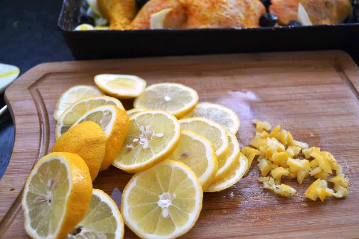 Zitronen in Scheiben und Salzzitrone