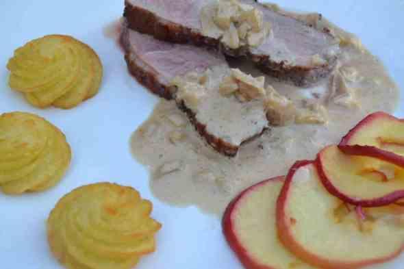 Entenbrust mit Cidre und gebratenen Apfelscheiben in einer Apfel-Sahnesauce