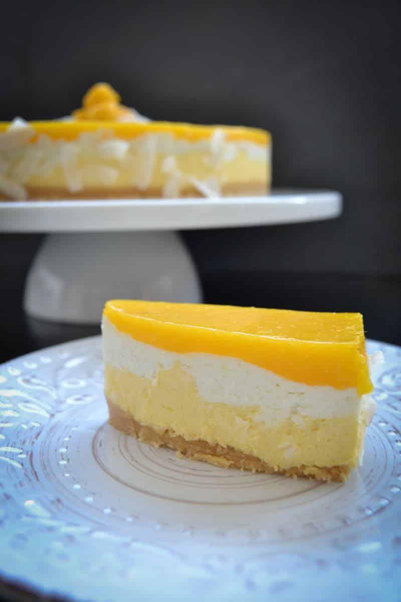 Sommerliche exotisch fruchtige Mango-Kokstorte #nobake#cheesecake http://kochenausliebe.com/mango-kokostorte-mit-fruchtspiegel/