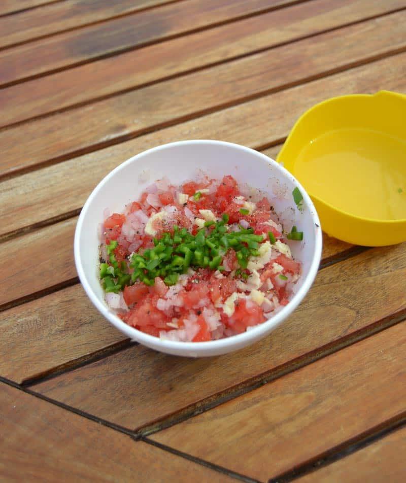 Tomaten-Zwiebelwürfel mit Basilikun und Petersilie