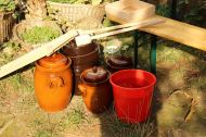 Hier sind die Keramik-Gärtöpfe und die Krautstampfer