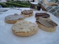 Crostini mit verschiedenen Belägen: Leberpastete, Trüffelpaste, Käsecreme, Olivencreme und Tomatenpaste