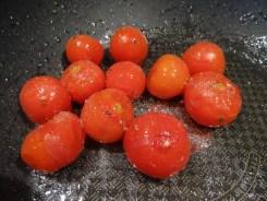 Tomaten karamellisieren