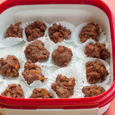 In einer luftdichten Dose halten die Pralinen im Kühlschrank mindestens 3 Tage.