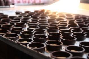 Der Boden ist aus Schokolade und einem kleinen Mürbteig-Keks