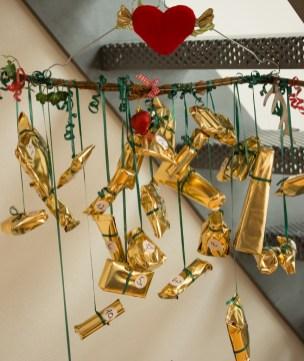 Die goldenen Päckchen hängen an einer riesigen Zimtstange und sind für meine Mum - gefüllt mit Leckereien und Beautyprodukten.