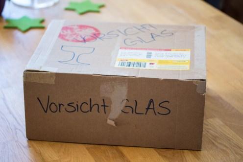 Sehr schlau den Postboten schon mal vorzuwarnen. Der ist in der Weihnachtshektik manchmal zu grob zu den Päckchen!