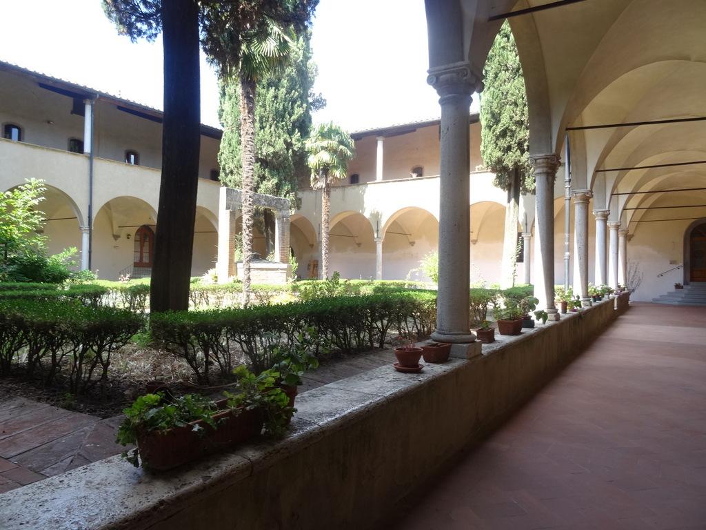Idyllische Einsamkeit im Klostergarten in San Gimignano
