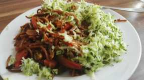 Geraspelte Zucchini und schon ist der Teller voll und lecker!