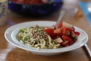 Spätzlespfanne mit Salat