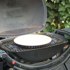 Der Pizzastein muss kalt auf den Grill