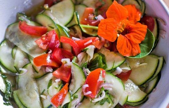 Zucchinisalat mit Kapuzinerkresse