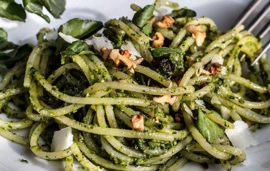 Spaghetti mit Brunnenkresse-Pesto