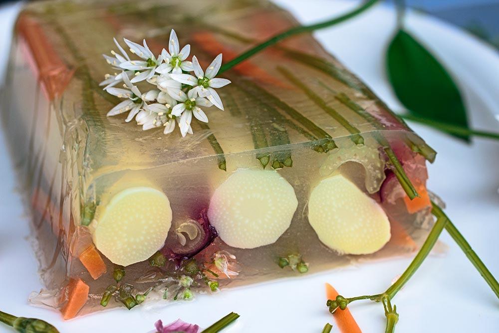 Spargelsülze mit Bärlauchblüten