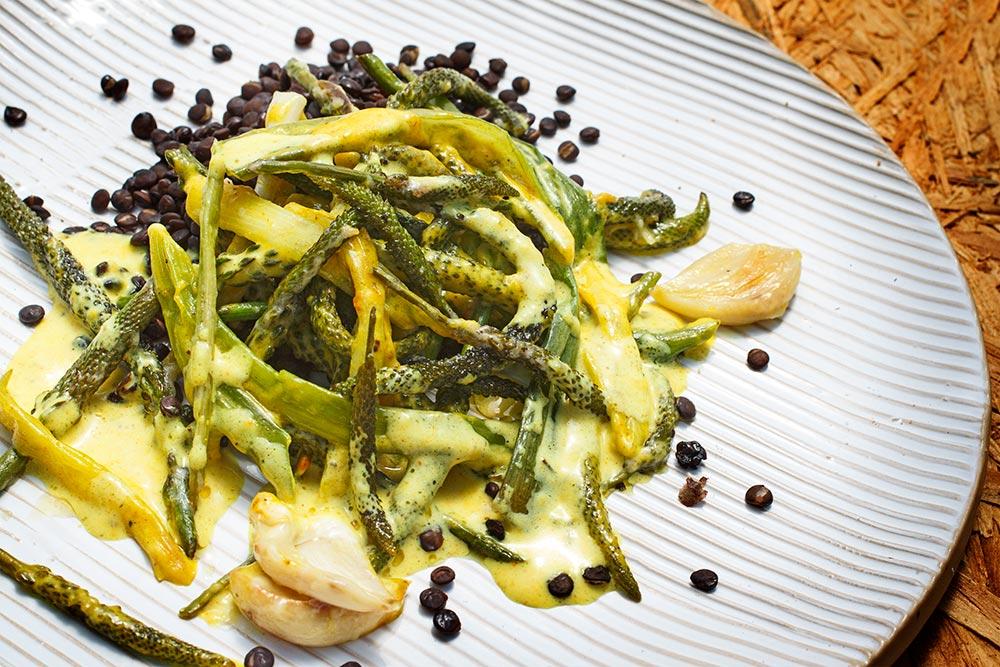 Gemüse aus Breitwegerich-Blüten