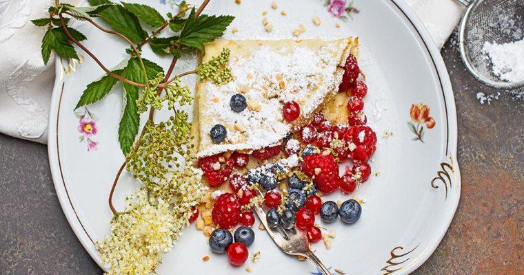 Mädesüß-Pfannkuchen mit Beeren