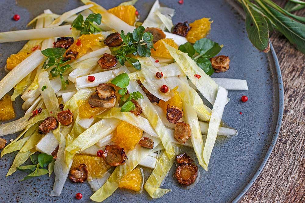 Chicoréesalat mit Wurzelchips der Nachtkerze