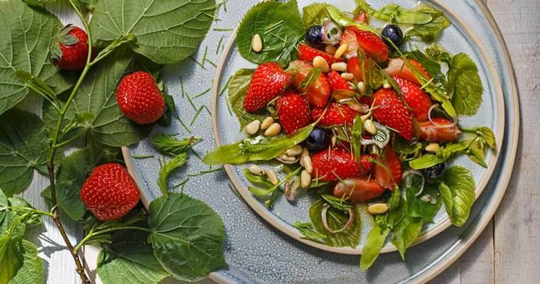 Erdbeersalat mit Lindenblättchen
