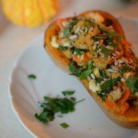Mit Linsen-Gemüsepfanne gefüllter Butternut-Kürbis