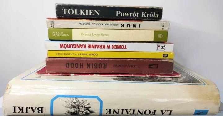 Kilka różnych książek leży jedna na drugiej