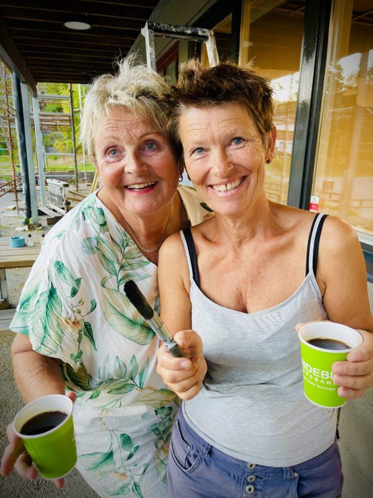 Kari Gåsholt og Anita Håøy Andersen koser seg med malerkosten på dugnad og lar seg gladelig smitte av fellesskap.