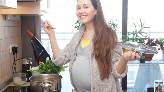 料理する妊婦