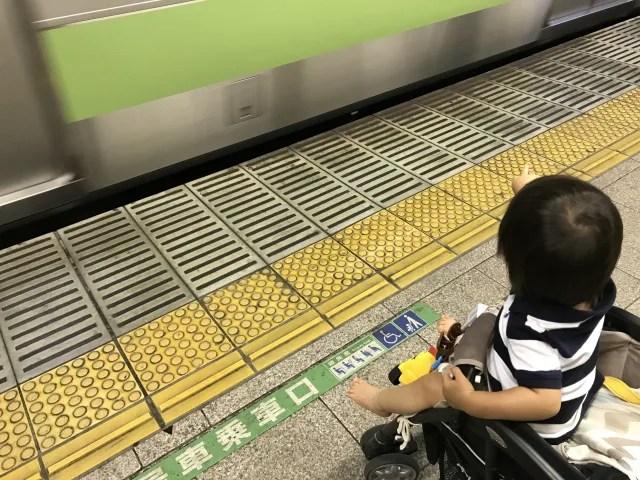 電車とベビーカー