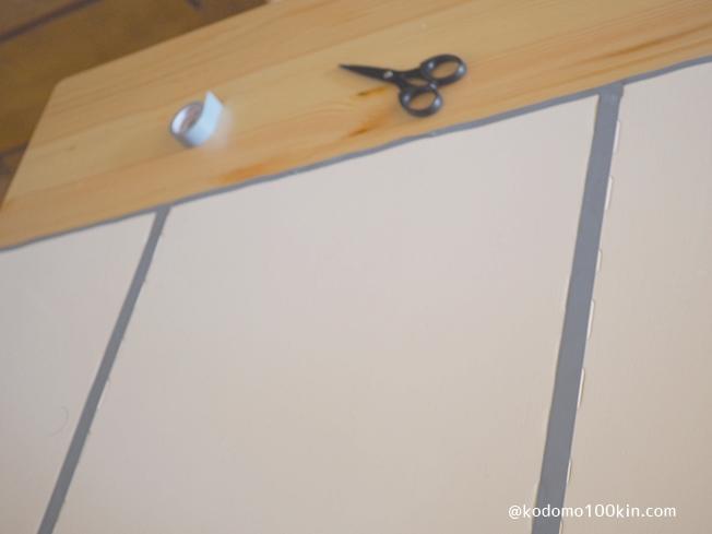 ビニールテープでロードマップキッズマットを作る 裏面からつなぎ目を留めておく