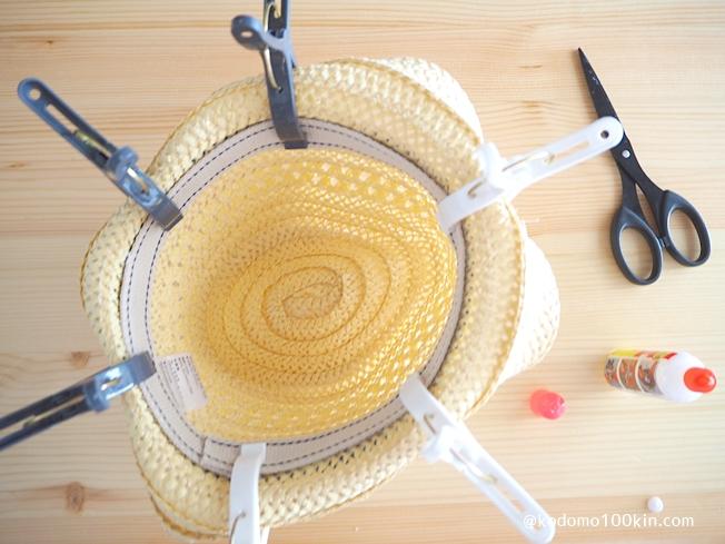 100均キッズ用麦わら帽子をアレンジ カバンテープを貼り付けて固定
